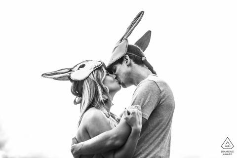 Bertinoro, Italie séance photo de fiançailles avec un masque de lapin de théâtre