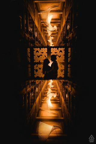 Zentrales London-Verlobungsschattenbildbild eines Paares mit den interessanten Lichtern reflektierte sich unter ihnen