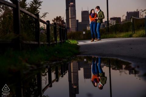 Illinois - pareja de ping tom park y un charco - foto de compromiso