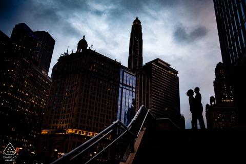 Retratos de silueta y horizonte de pareja de Chicago para fotos de compromiso