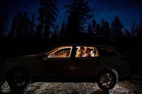 Retratos de compromiso del Parque Nacional de Yosemite dentro de un coche iluminado por la noche: más allá de las estrellas