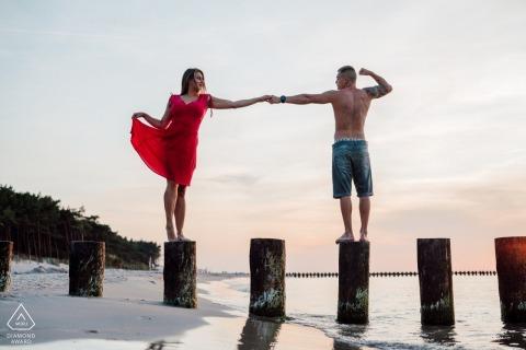 Dzwirzyno海滩订婚照片拍摄的两个恋人在夕阳下