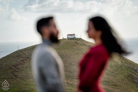 Une future mariée et le marié posant devant leur future chapelle de mariage Ponta de São Lourenço, Madère, Portugal