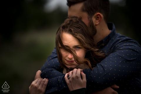 Georgian Bay, Ontario engagement close-up portret van engagement paar op winderige dag