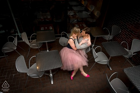 Verlovingsbeeld van een paar zittend in zilveren stoelen in café Yorkville, Ontario.