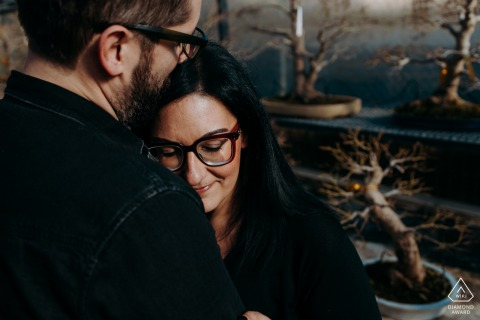 Pescia Engagement Foto | En paar die gekleed in zwarte koesteren omhelzen