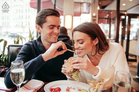 Manhattan Upper West Side - Esta pareja quería tener fotos divertidas y sinceras de su vida diaria. Uno de ellos era su hamburguesería favorita. También nos detuvimos en el cine al que tienden a ir y colocan los bagels como la mayoría.
