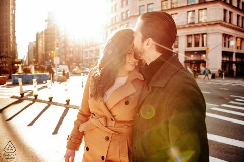 Imagen previa a la boda del distrito de Manhattan Flatiron: esta encantadora pareja cruzó la calle y se besó. La luz del escenario en Manhattan hizo el resto.