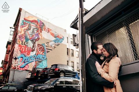 """Fotógrafo de compromiso de la ciudad de Nueva York: Ocultar en Manhattan no es fácil. Si quieres besarla, encuentra un escondite. La obra de arte detrás dice """"La ciudad de los sueños"""""""