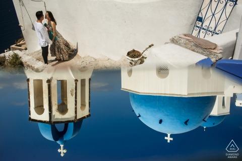 Grèce pré mariage image avec buildins et reflet du ciel - tournage de fiançailles de santorin