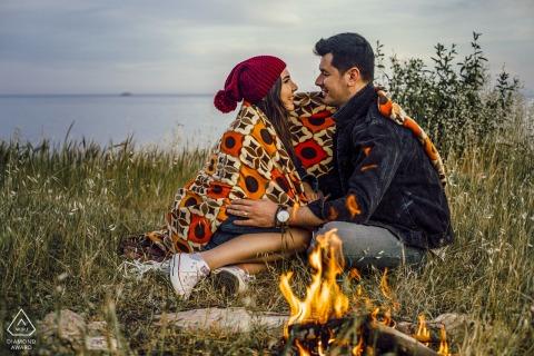 Retrato de pareja de Mersin y fogata durante la sesión de compromiso