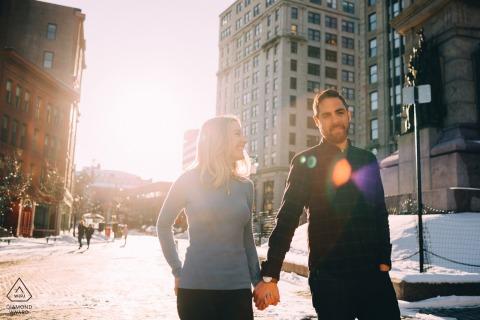 Sessione di foto di fidanzamento da Portland, ME con il sole e la neve invernali