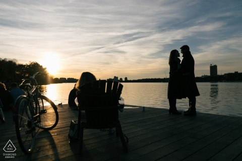 Sessione fotografica di fidanzamento di coppia | Boston, MA riprese al tramonto sul lungomare