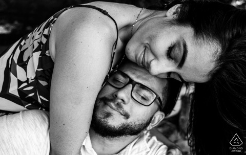 Verlobungsfotografie am Sonho Verde Beach in Alagoas - Liebe in einer Umarmung
