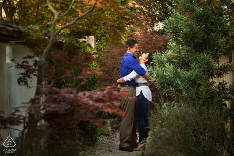 Verlobungsfotograf | Piedmont Park Paar umarmt und lacht