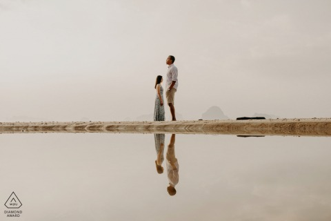 訂婚攝影師| 反射在海在甲米,泰國。