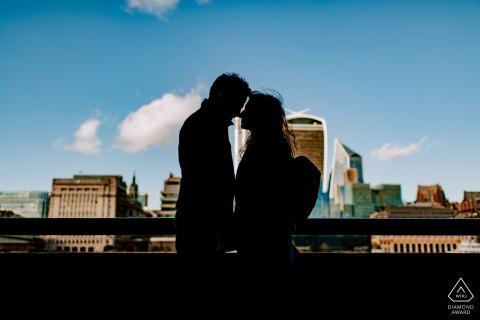 Séance de photographie de fiançailles du centre de Londres - En marchant le long de la Tamise, nous avons eu cette silhouette du couple avec les bâtiments de Londres derrière eux.