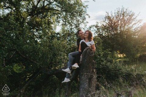Engagement Photo Sessions | Dettenhausen fields engagement shooting in a field on an old tree