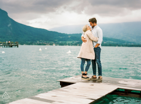 Couple Engagement Photo Session | A couple in front Annecy lake