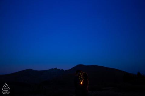 Verlobungspaarsitzung | Guanella Pass, Georgetown, Colorado - Die letzte Aufnahme eines Verlobungsshootings auf dem Guanella Pass in der Dämmerung.