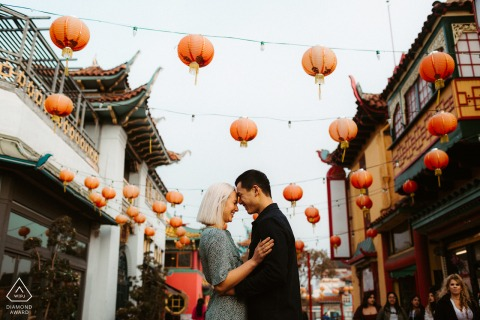 Engagement Photography Session in China Town, Los Angeles - Geluk uitstralen onder de menigte