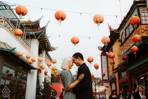 Sesión de fotografía de compromiso en China Town, Los Ángeles - Exudando felicidad entre la multitud