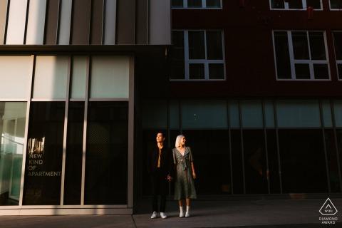 Fotografía de parejas comprometidas | China Town, Los Ángeles - Encontrar luz y contexto