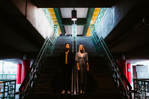 Sesión de fotos de compromiso de China Town, Los Ángeles: haciendo uso de la increíble luz en la estación de metro