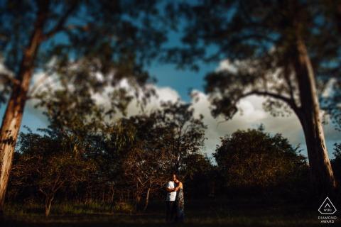 Séance de photographie de fiançailles à Asa Note - Brasilia - Brésil Couple sous la lumière du sud et encadré par la nature