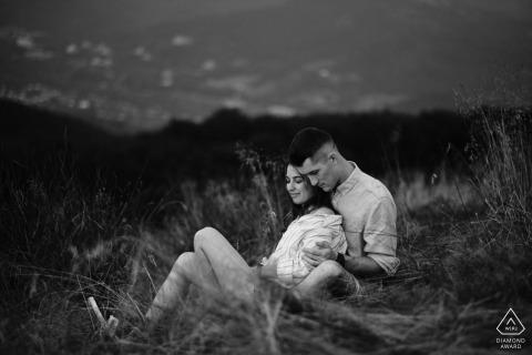 Koppel Engagement Fotosessie | Mała Czantoria, Ustroń, Polen - Een verloofd stel knuffelen