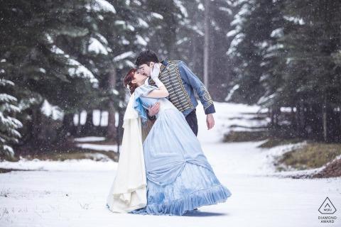 """Italiaanse Alpen verlovingsfotograaf: """"Verlovingsfotograaf in de sneeuw. Het paar maakte na een paar maanden hun bruiloft in historische kleding, dit is de reden waarom de historische kleding in deze schietpartij."""""""
