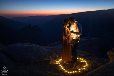 Parque Nacional de Yosemite, California, cuando la luz está apagada durante una sesión de retratos de compromiso preweddinig