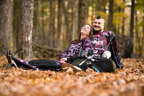 Boston Engagement Photo Session su un campo di paintball