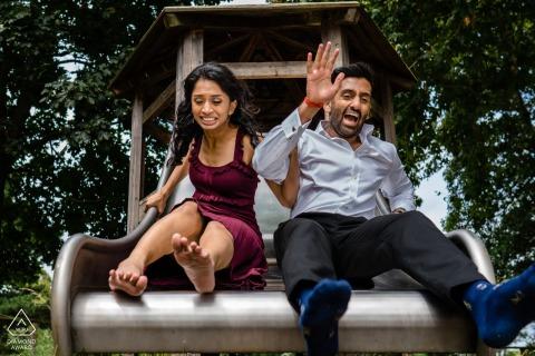 London, UK Paare vor der Hochzeit Fotoshooting Spaß auf einer Folie