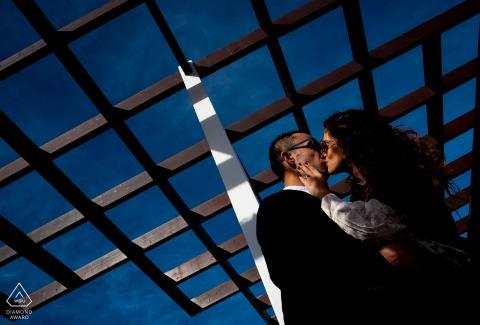 Mojácar - Sesión de retratos de pareja en España - El beso bajo el marco de celosía