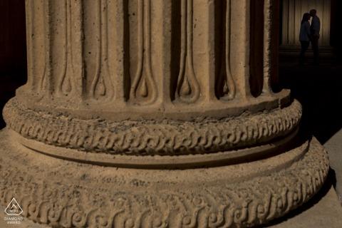 Silhouettiertes Paar küsst sich hinter großen Säulen im Palast der schönen Künste