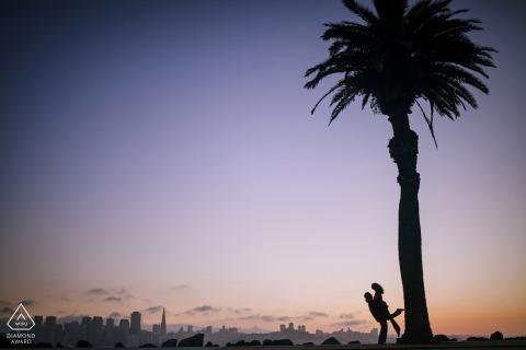 Angle Island, San Francisco foto de compromiso de una pareja recortada contra un cielo púrpura y una palmera