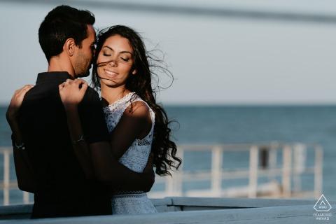 Photographe de fiançailles Teramo des Abruzzes lors d'une séance photo avec un couple à la plage