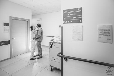 Couple de ragusa aime à l'hôpital lors d'une séance de portrait informelle