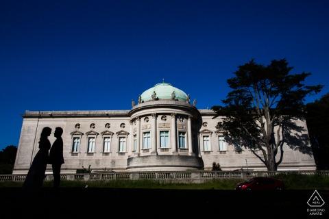 Pareja de San Francisco recortada contra un edificio durante su sesión de retratos de compromiso