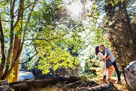 Una pareja bailando en el bosque en Oakland Hill para una sesión de compromiso.