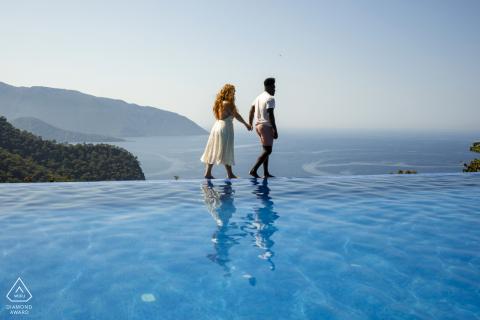 fethiye, sessione di foto di fidanzamento con la Turchia con una coppia che cammina in cima all'acqua della piscina in spiaggia