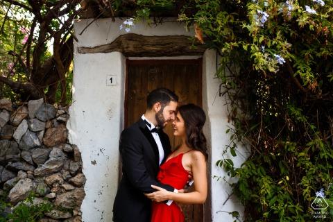 kyrenia, sessione di foto di fidanzamento di Cipro con una coppia in abiti formali