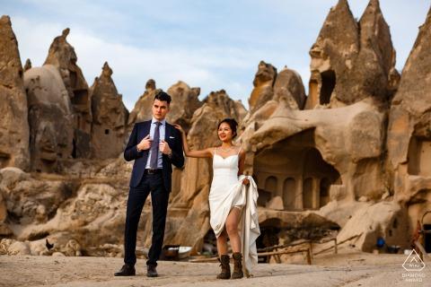 Un jeune couple en Cappadoce, fiançailles en Turquie pour une grande séance photo