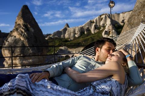 couple de dinde en cappadoce pour une séance de tir de fiançailles au soleil