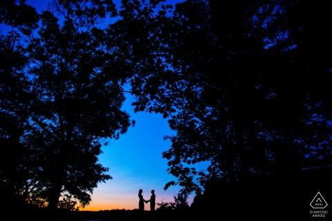 Portrait de fiançailles du parc national de Great Falls d'un couple au coucher du soleil