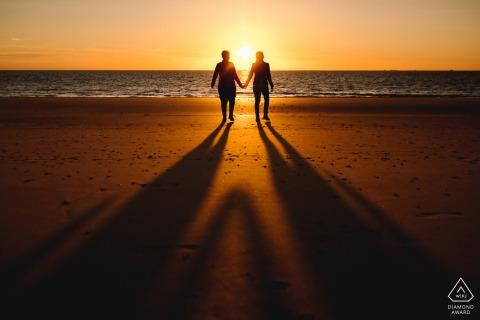 Ouddorp, Nederland huwelijksaanzoek portret sessie op het strand bij zonsondergang