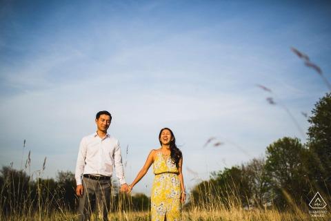 Braut lacht über ein Shooting vor der Hochzeit in den Rasenflächen von Delapre Abby, Northants, Großbritannien