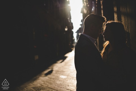 Beautiful engagement photo session at the sunrise in Florence