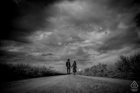 deux amoureux marchant dans le désert sous la tempête au BARDENES DESERT - SPAGNE